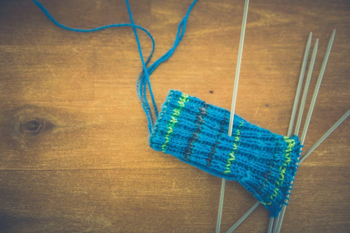 Halvstrikket blå sokk